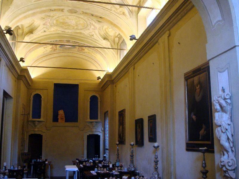 in foto una delle sale decisamente caratteristiche del ristorante i monaci sotto le stelle che ospita lo spazio di officina cucina